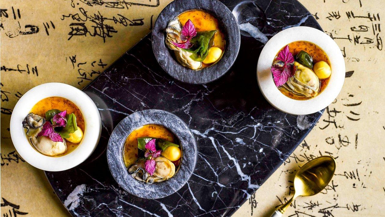 茶碗蒸蛋配牡蛎和海带